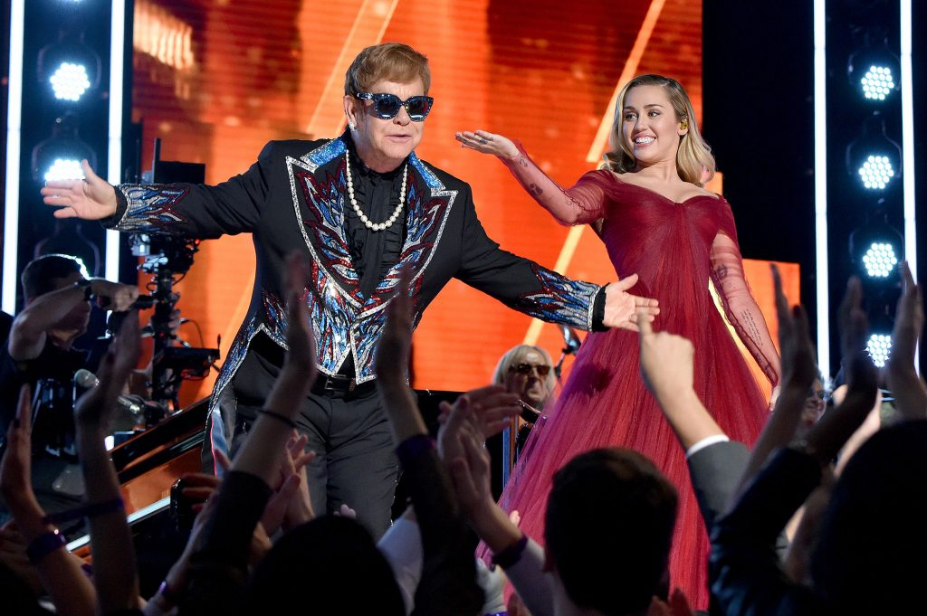 "Miley Cyrus canta ""The Bitch Is Back"" no álbum ""Restoration"""