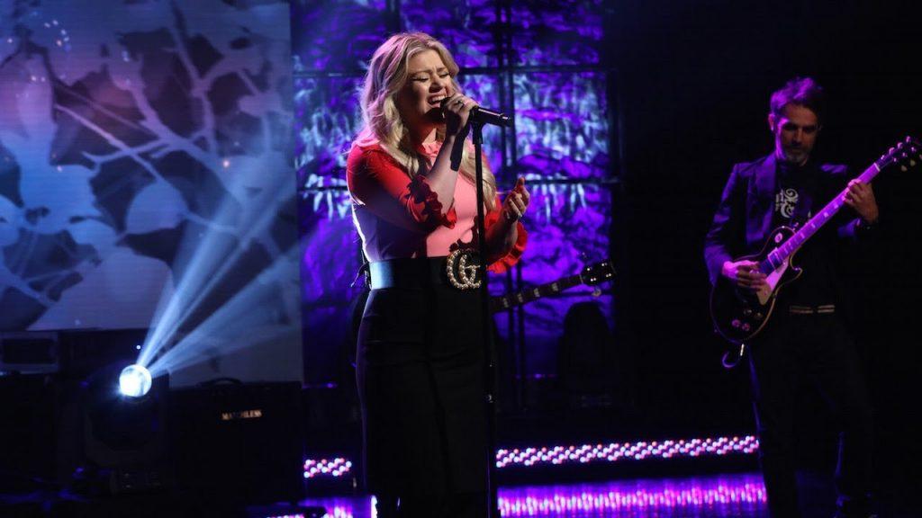 "Kelly Clarkson apresenta ""I Don't Think About You"" no programa da Ellen DeGeneres"
